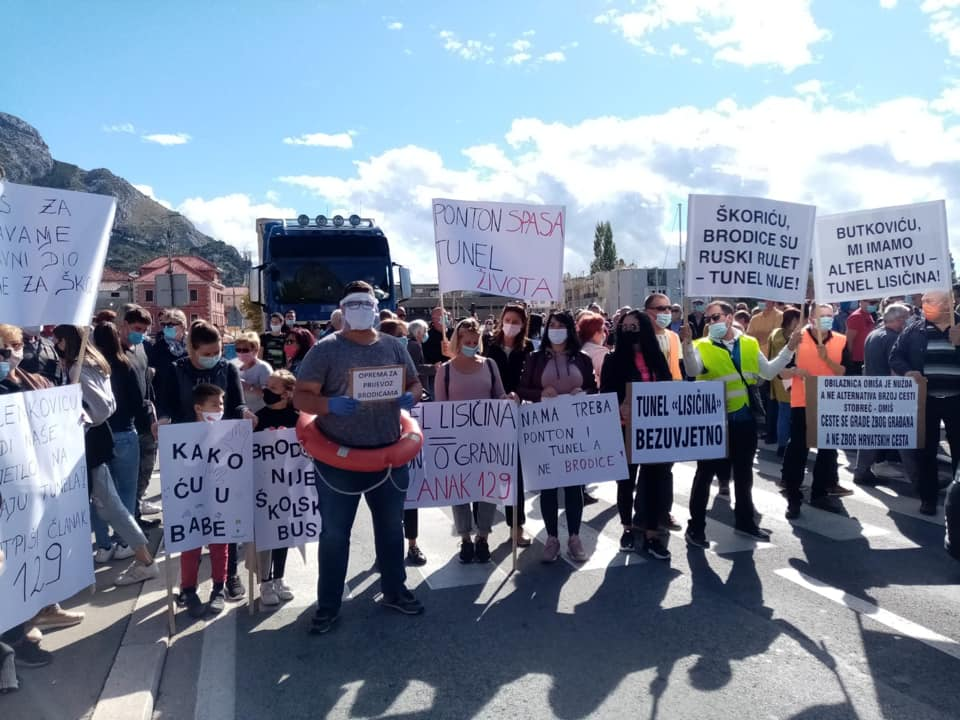 U povodu zatvaranja ceste kroz Zakučac (22): PORUKE S OMIŠKOGA MOSTA: PROMETNOGA TERORA NAM JE DOSTA!